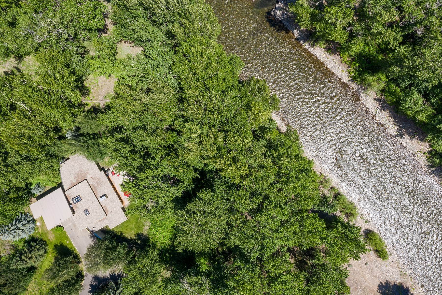 Single Family Homes por un Venta en Privacy, Convenience and Beautiful River Views 109 River Rock Court Ketchum, Idaho 83340