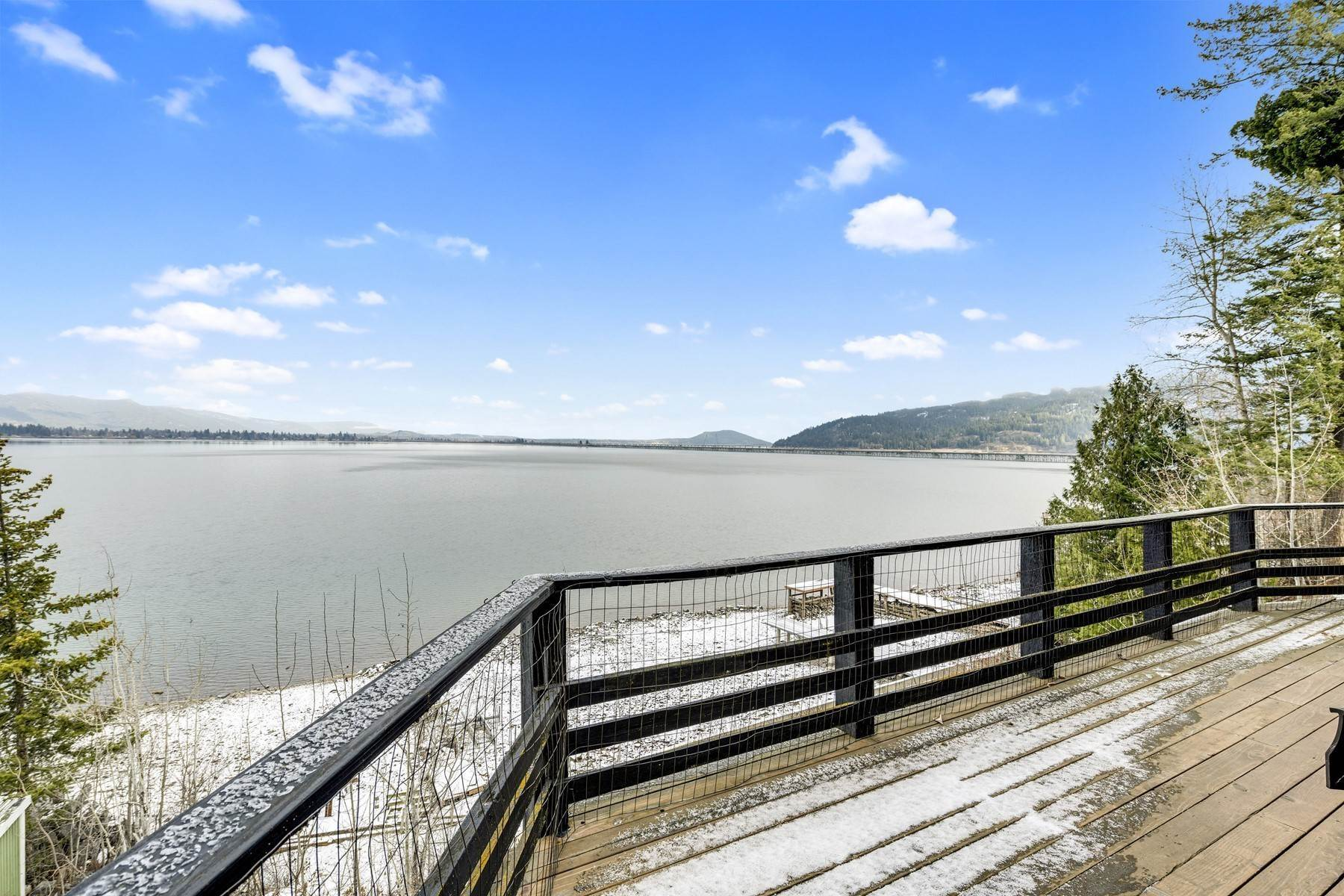 Single Family Homes por un Venta en Cabin on the Lakeshore 571 Lakeshore Dr Sagle, Idaho 83860