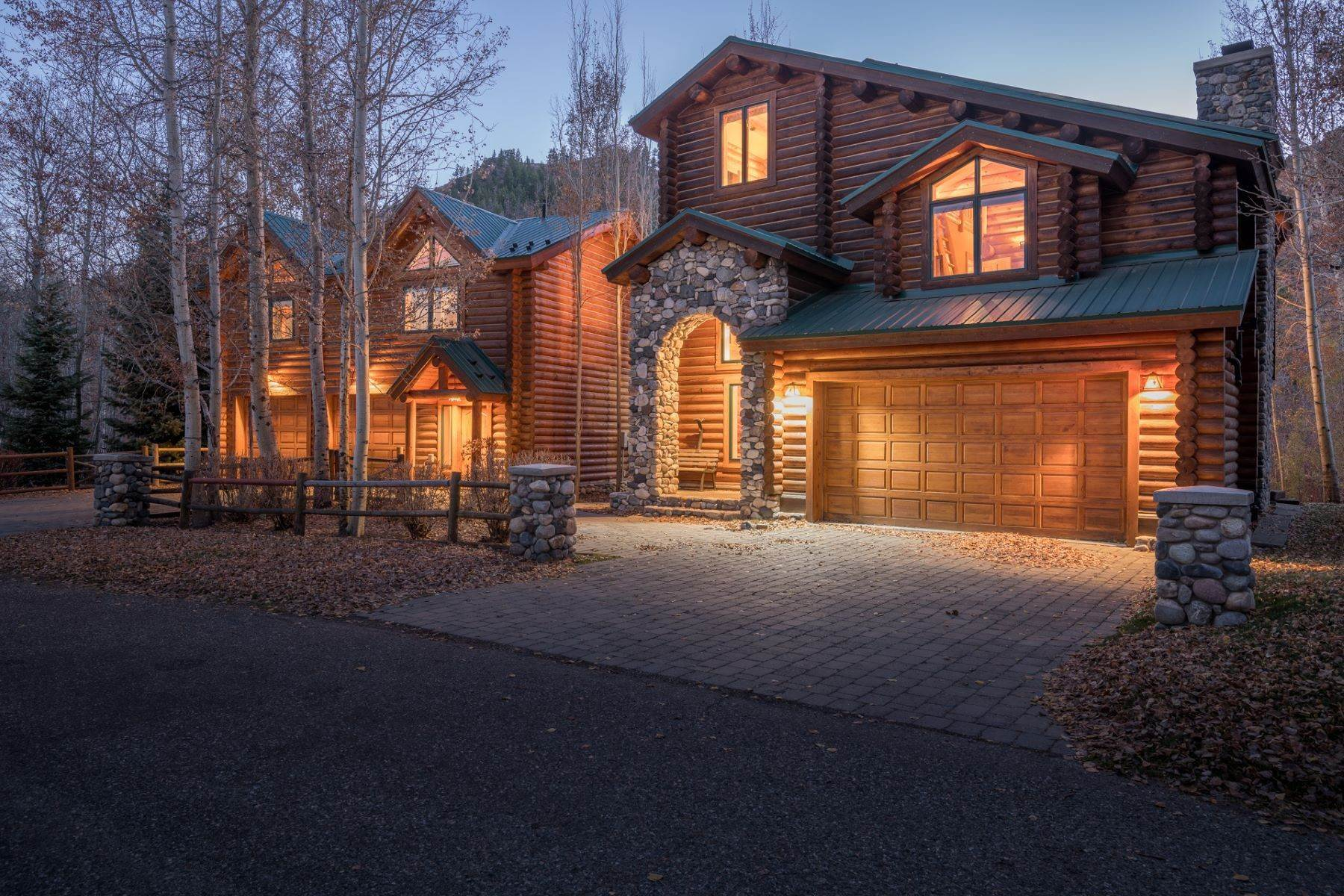 Single Family Homes por un Venta en Rarely Available and Highly Desirable Riverfront Home 217 Eagle Creek Loop Ketchum, Idaho 83340